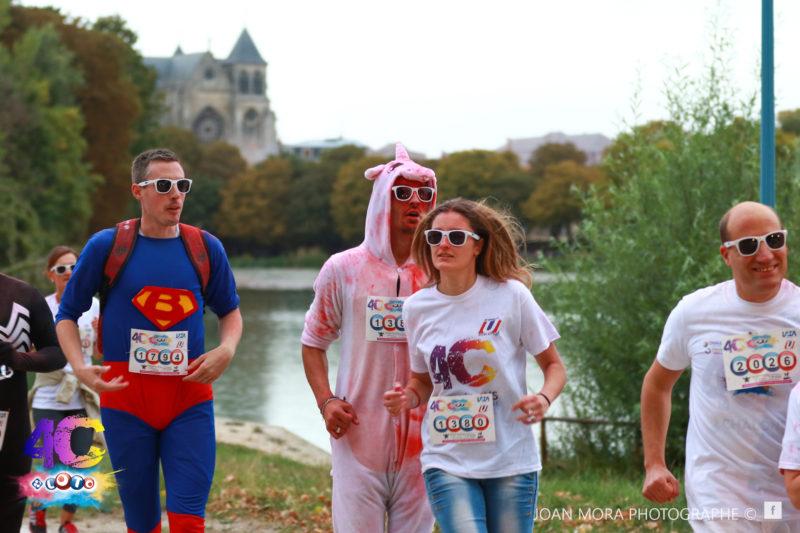 Jérôme Adam à la Course Colorée de Châlons-en-Champagne entouré de superman et d'un lapin rose